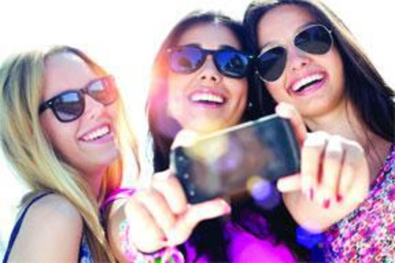 Oftalmólogos han advertido que especialmente jóvenes que nunca han observado un eclipse pueden estar tentados a tomar selfies.
