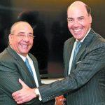 Camilo Atala, CEO de Grupo Financiero Ficohsa, y Francisco Aristeguieta, CEO de Citi Latinoamérica, en la firma del acuerdo para adquirir la totalidad de las acciones de Banco Citibank y Cititarjetas de Nicaragua. Foto EDH / Cortesía.