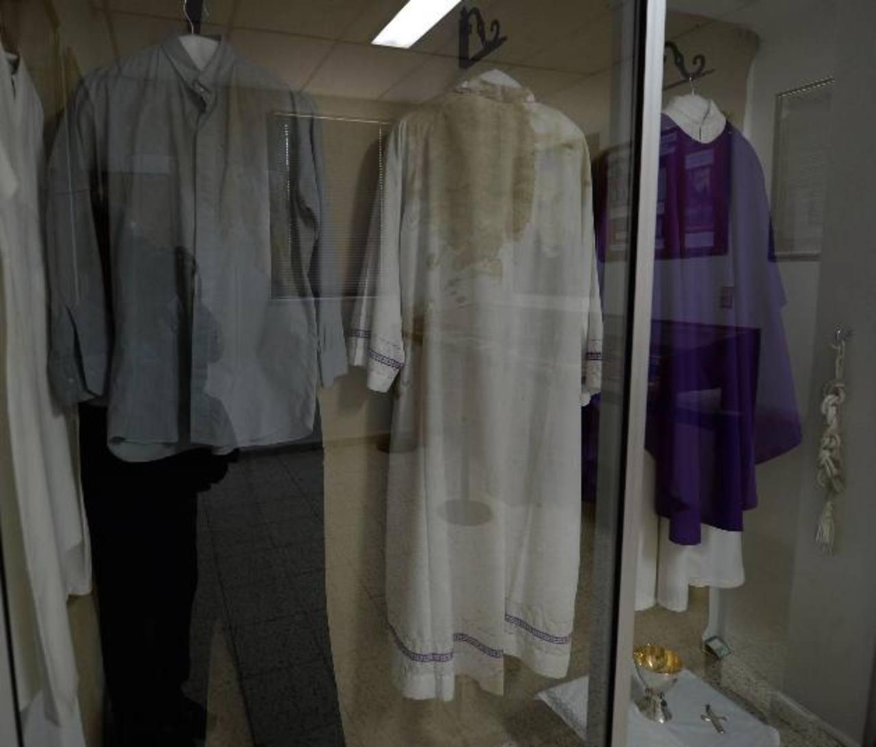La camisa, el pantalón y la demás vestimenta que usó Romero el día de su martirio tienen restos de su sangre. Foto EDH