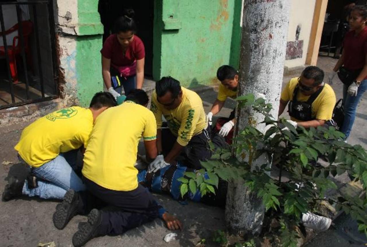 Dos jóvenes fueron asesinados ayer en la 8a. Av. Norte y 9a. Calle Oriente de San Salvador. Foto EDH/ Salomón Vásquez