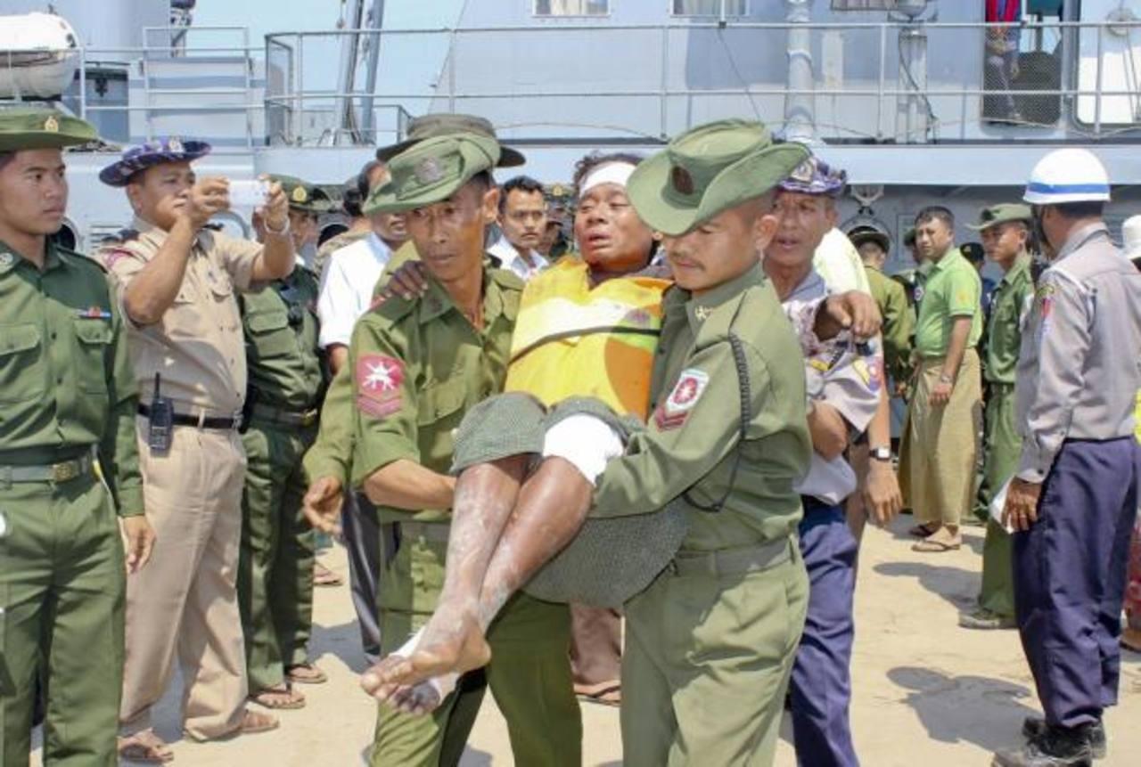 Un sobreviviente del accidente del buque es rescatado por miembros de la Fuerza Armada al llegar al puerto Kyauk Phyu, en Sittwe, en el oeste de Myanmar. foto edh /EFE