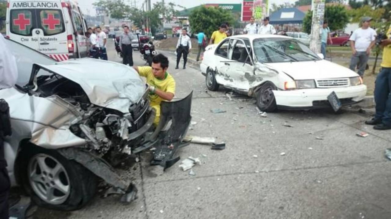 Por evadir una concentración ayer por la mañana, un conductor chocó contra otro vehículo en la calle al Volcán. Foto EDH / j. Anaya