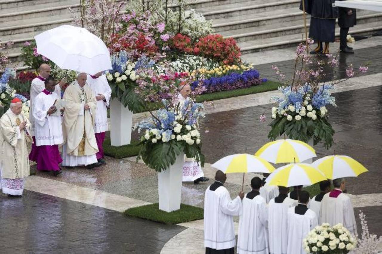 El papa Francisco y fieles desafían la lluvia el Domingo de Pascua