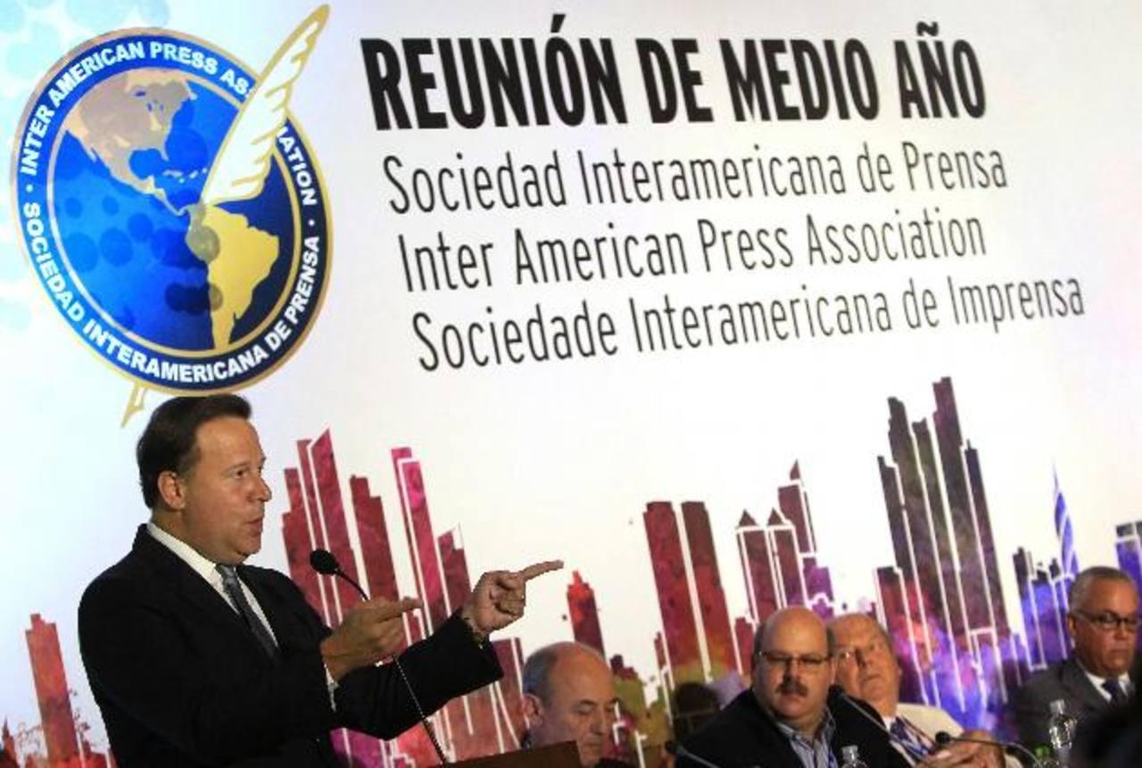El presidente panameño, Juan Carlos Varela, habla durante la reunión de medio año de la Sociedad Interamericana de Prensa ayer en Ciudad de Panamá. Foto EDH / EFE