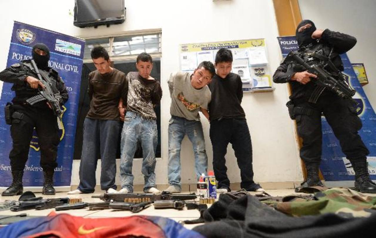 Los capturados por la Policía en una finca de Santa Tecla, La Libertad, ayer. Foto EDH / Douglas Urquilla