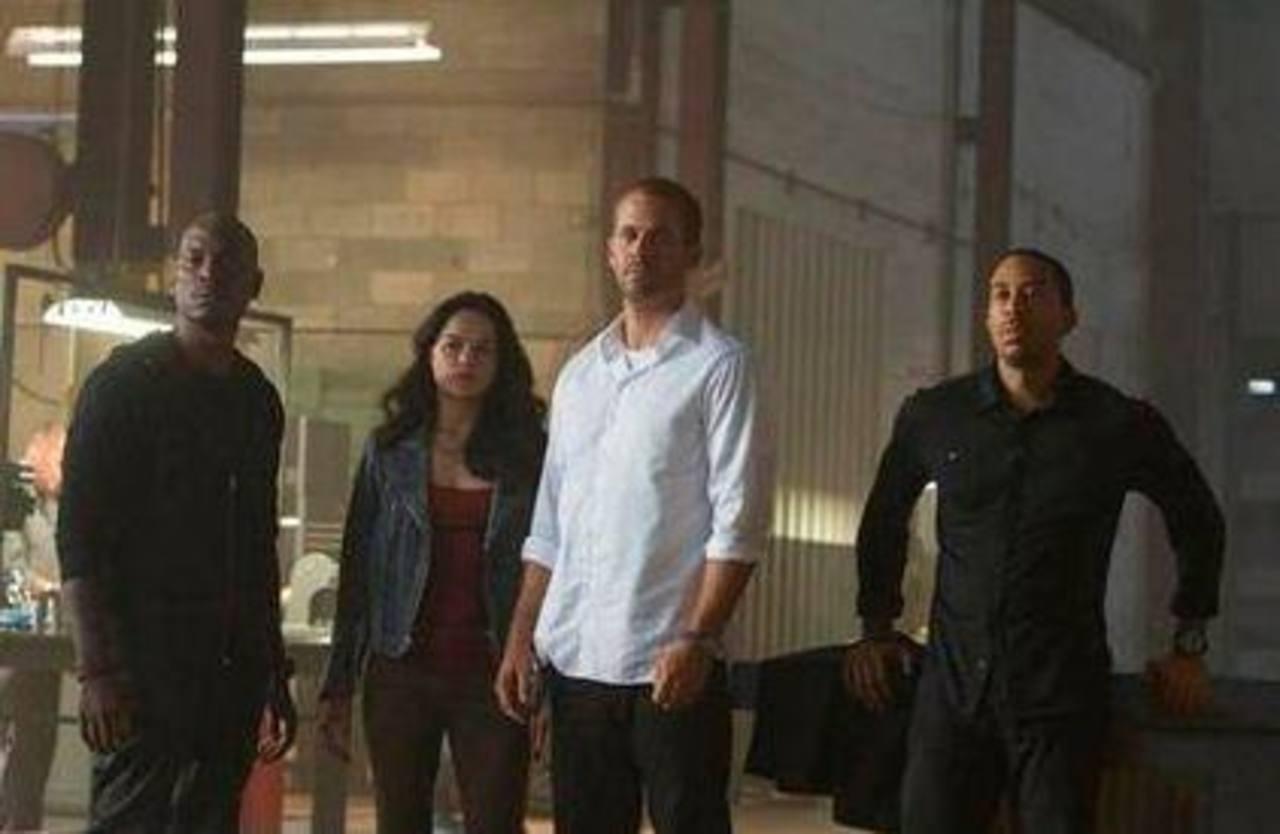 """De izquierda a derecha Tyrese Gibson como Roman, Michelle Rodriguez como Letty, Paul Walker como Brian y Chris Ludacris como Tej, en una escena de """"Furious 7""""."""
