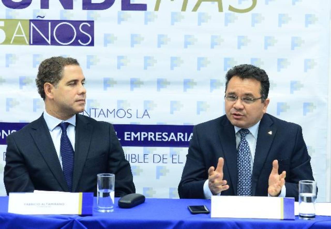 Elena María de Alfaro y Fabricio Altamirano firman el convenio que consolida esta alianza por la RSE. foto EDH / Las gremiales empresariales jugarán un rol importante en la alianza. foto EDH / Con esta imagen tipo cintillo estarán identificadas todas