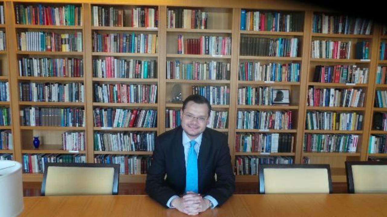 El analista en Políticas Públicas del Cato Institute, en la biblioteca del centro de pensamiento. foto edh / GERARDO TORRES