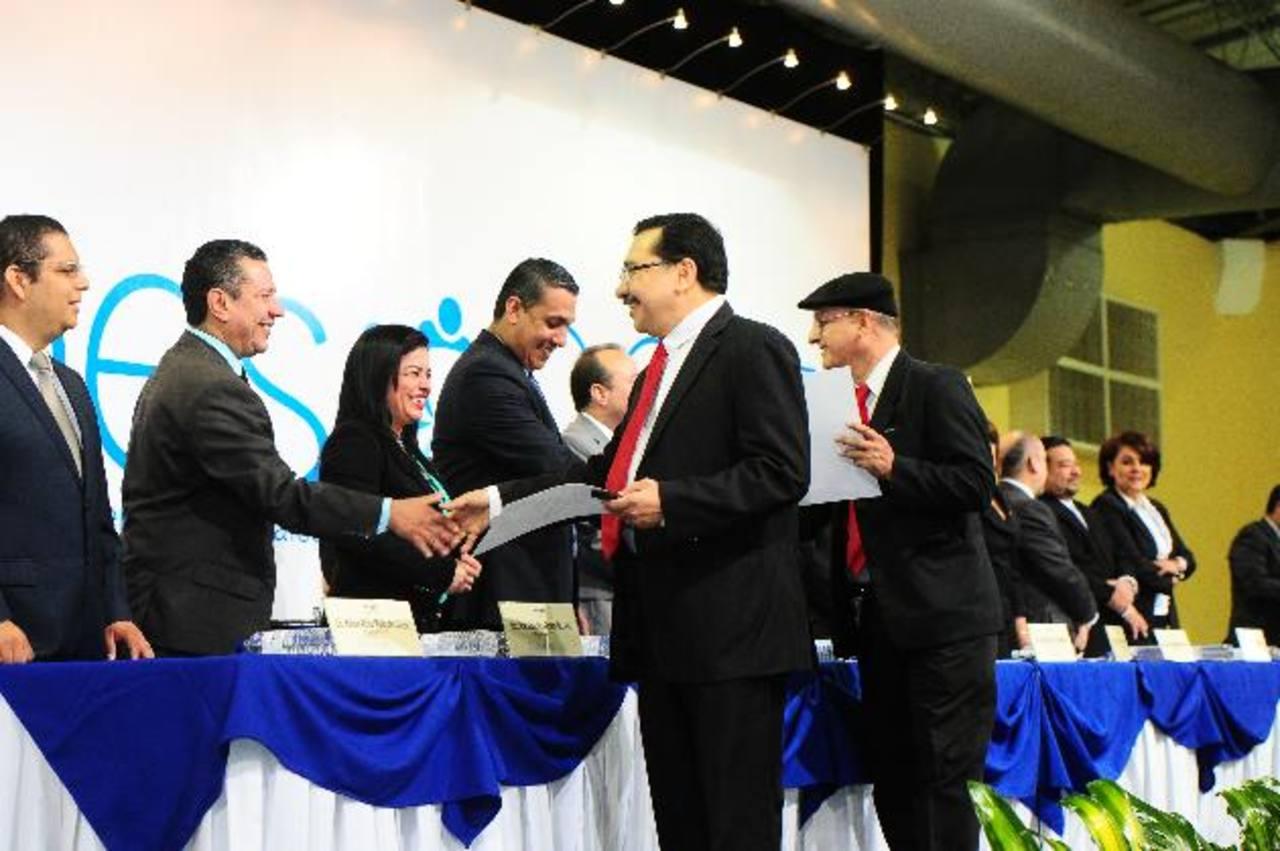 Diputados del FMLN, Medardo González y Damián Alegría, reciben su credencial como diputados por San Salvador. La Sala ordenó que aún no pueden tomar posesión. foto edh