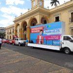 """La caravana Digicel """"Lo que es tuyo, es tuyo"""" ha recorrido varios puntos del país para presentar los nuevos beneficios de la compañía a los salvadoreños. Foto EDH / David Rezzio"""