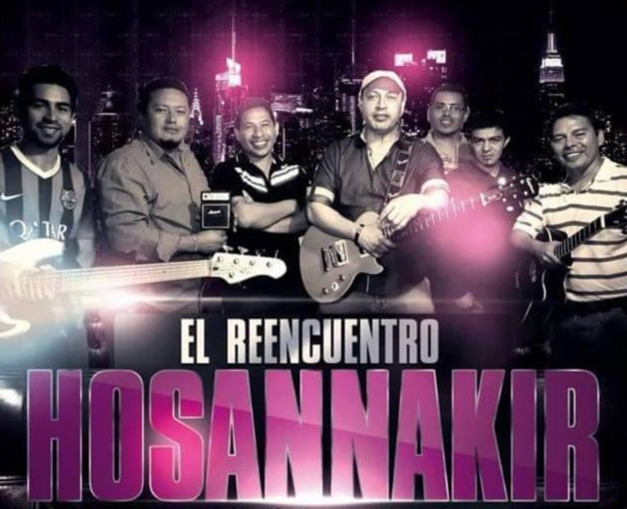 Los miembros de Hossana Kir afinan sus instrumentos para presentarse el 8 de mayo próximo.