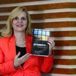 La autora indicó que la novela puede adquirirse en librería Internacional. Foto EDH / René Estrada