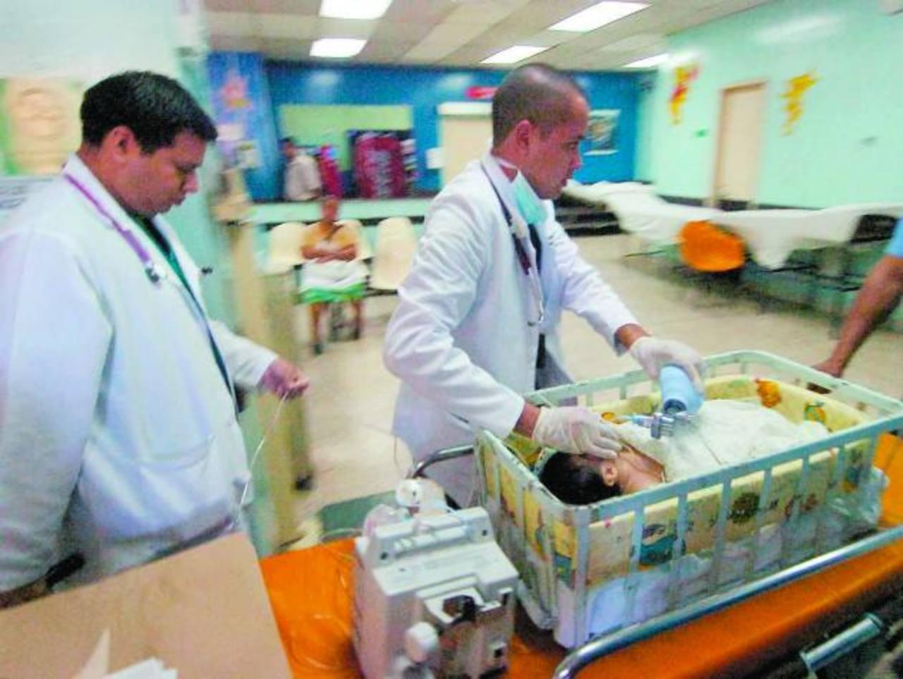 Una bebé de dos meses con gastroenteritis recibe respiración asistida. Foto EDH