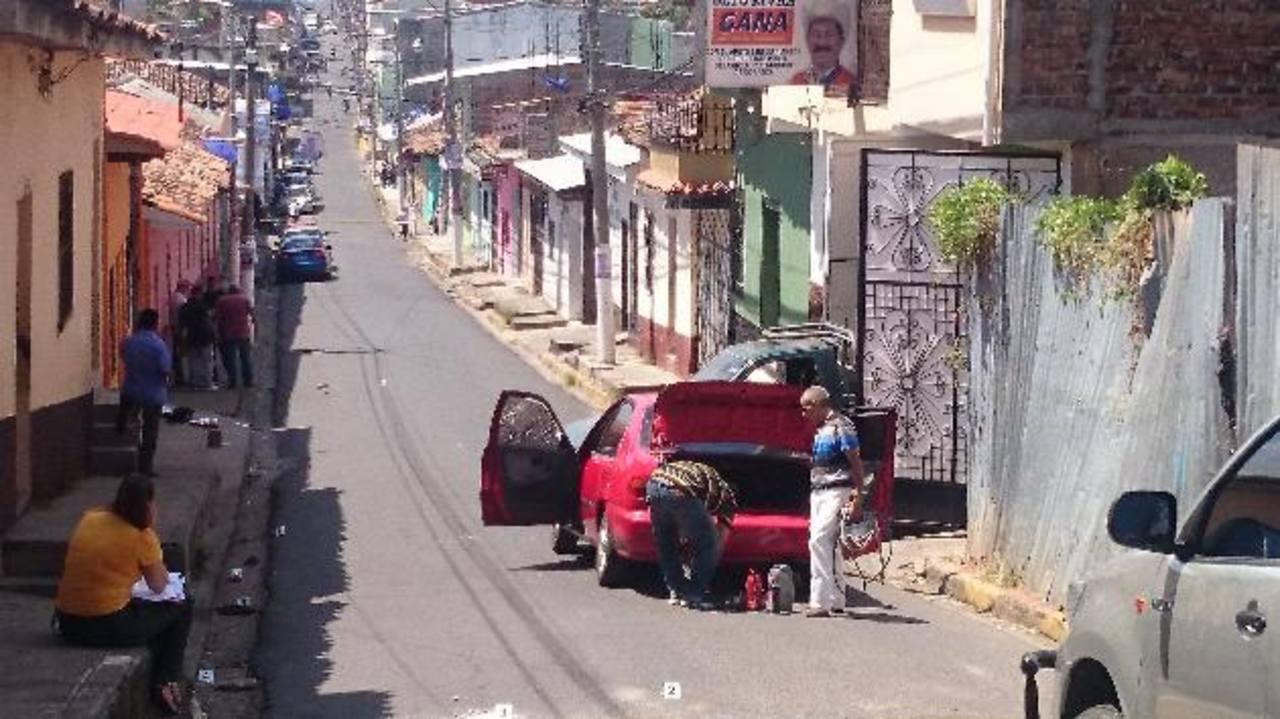 Auto en el que fue acribillado José Bernardo Osorio, ayer en la mañana sobre la 5a. Calle Oriente de Ilobasco. La Policía atribuye el hecho a problemas entre pandillas. Foto EDH / Jorge Beltrán