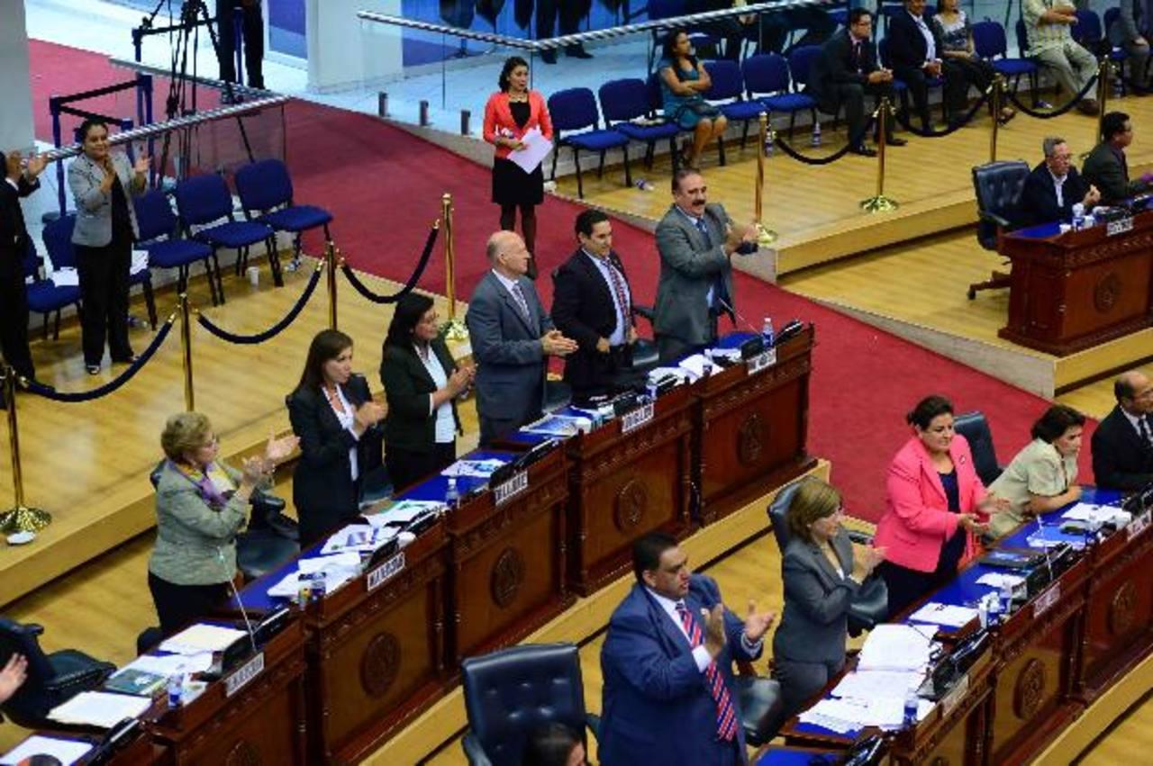 La fracción legislativa de ARENA mantuvo su planteamiento de no dar los votos para la emisión y celebró la decisión de la diputada Salgado de abstenerse a votar. Foto EDH / Jorge reyes