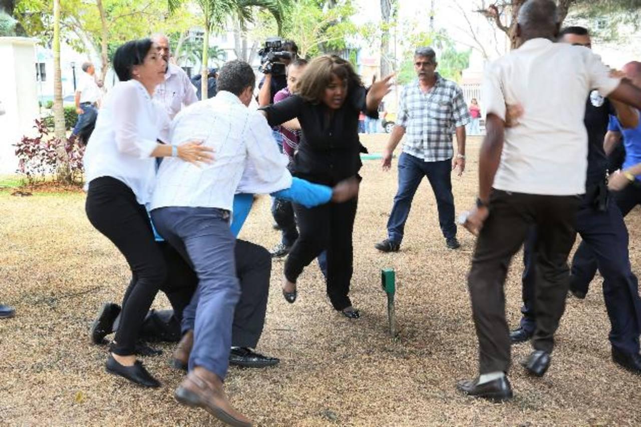 Simpatizantes chavistas y castristas y disidentes cubanos y venezolanos se vieron envueltos en incidentes violentos durante la cumbre en Panamá. Foto eDH