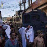 Manifestantes chocan con policía en favela de Río de Janeiro