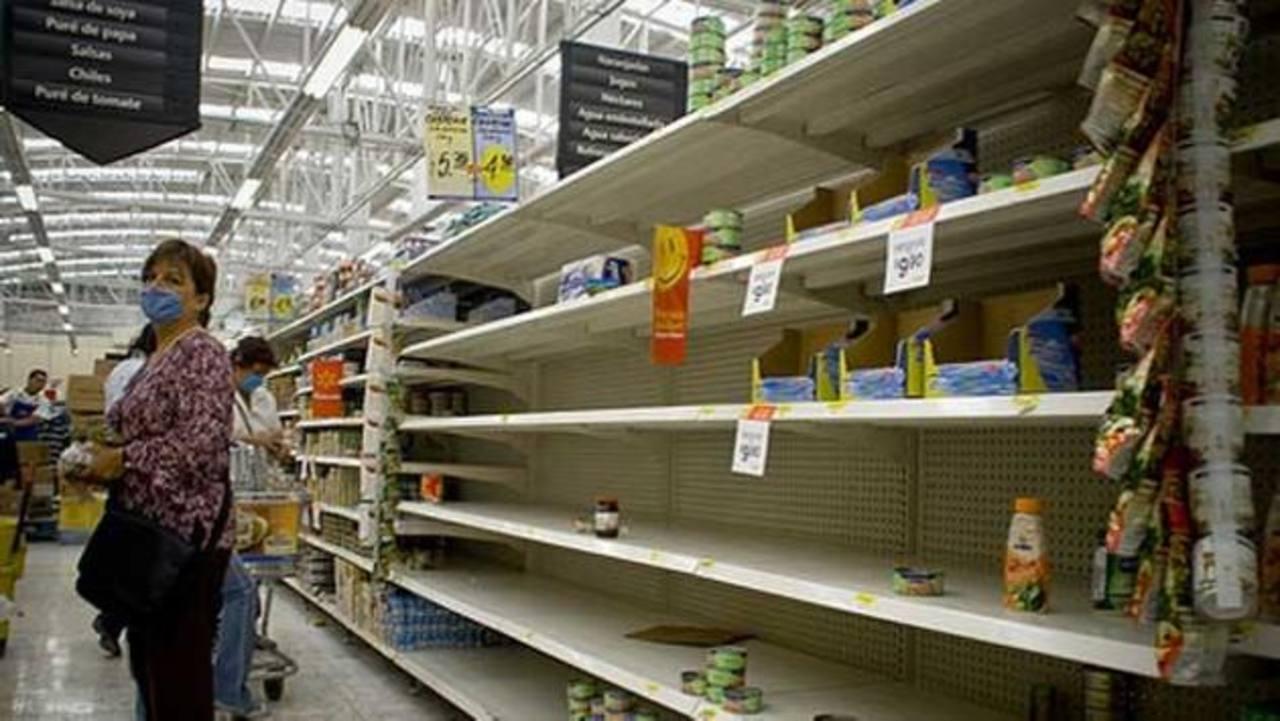 Los venezolanos sufren escasez de productos básicos desde hace meses y largas colas para adquirir los que aún quedan en los anaqueles. foto edh / aRCHIVO