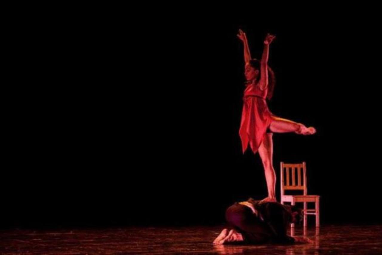 El espectáculo, que incluye la danza, reflexiona sobre los encuentros en una calle de San Salvador. Foto EDH / Byron Nájera Dance