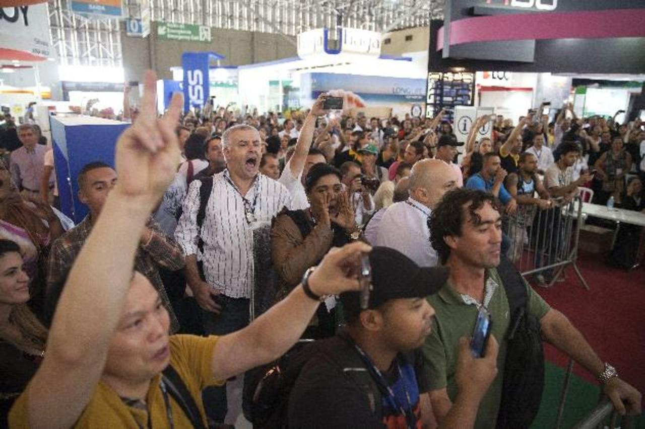 Trabajadores de la feria en el Centro de Convenciones de Anhembí abuchearon a la presidenta Dilma Rousseff. foto edh / efe