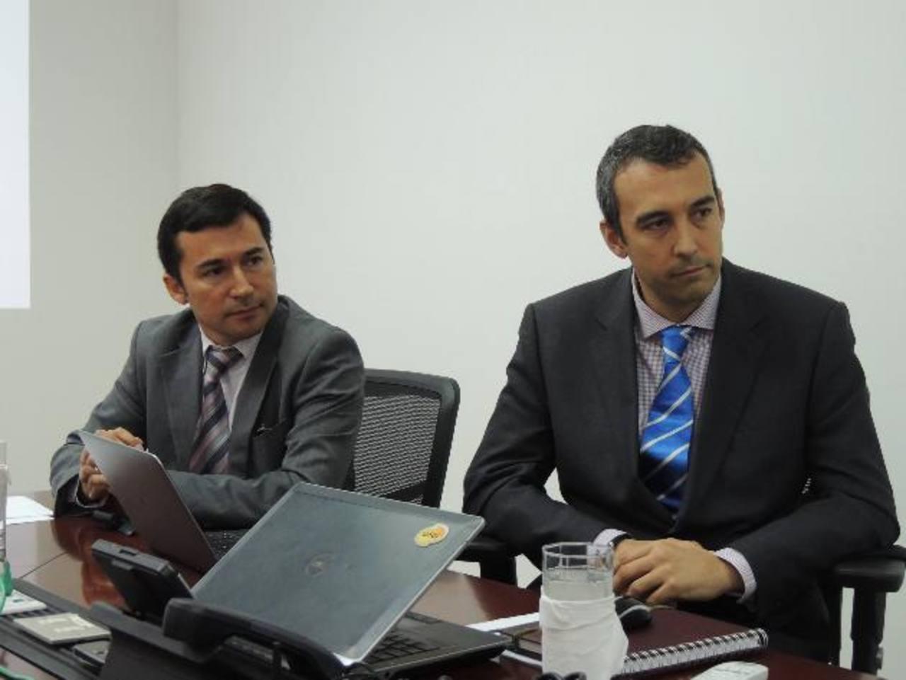Alexis Arancibia y José Antonio Aranda, representantes de la GSMA explicaron sobre el tema. Foto EDH / Cortesía.