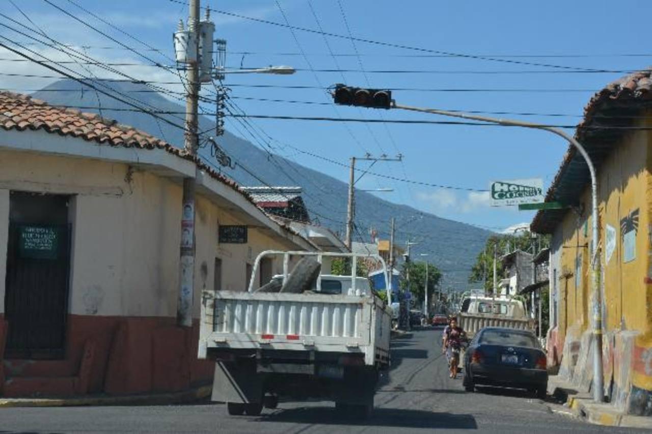Autoridades aseguran hacer gestiones para lograr el cambio del sistema de semáforos el otro año. Foto edh/ carlos segovia