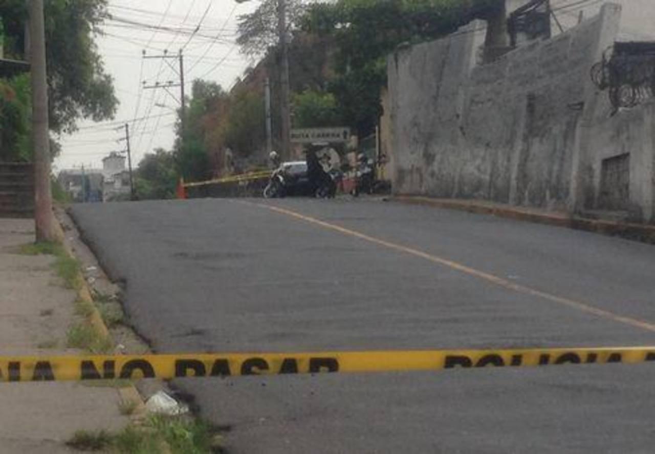Las autoridades investigan si un vehículo localizado sobre la 38 Avenida Sur y bulevar Arturo Castellanos habría sido utilizado para cometer el ataque contra tres militares.