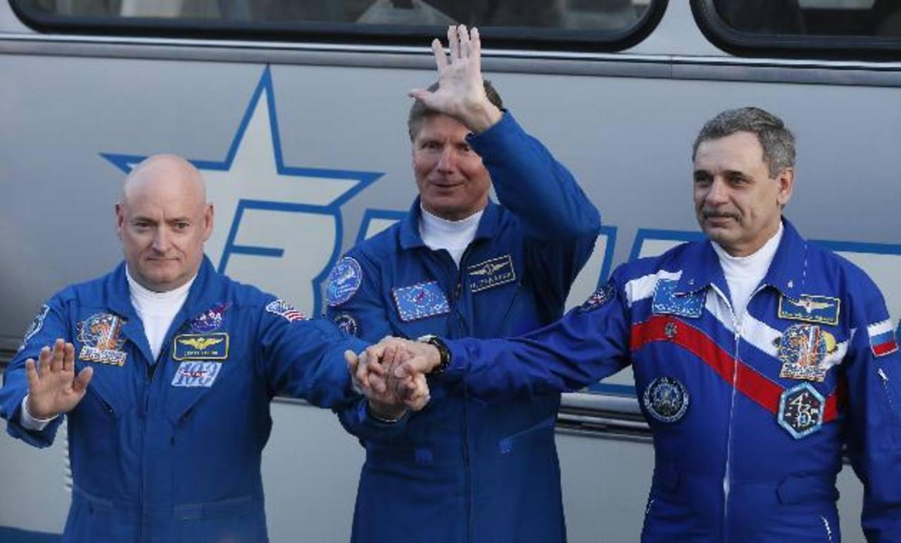 El estadounidense Scott Kelly y los rusos Guennadi Padalka y Mijail Kornienko, posaron antes de abordar.