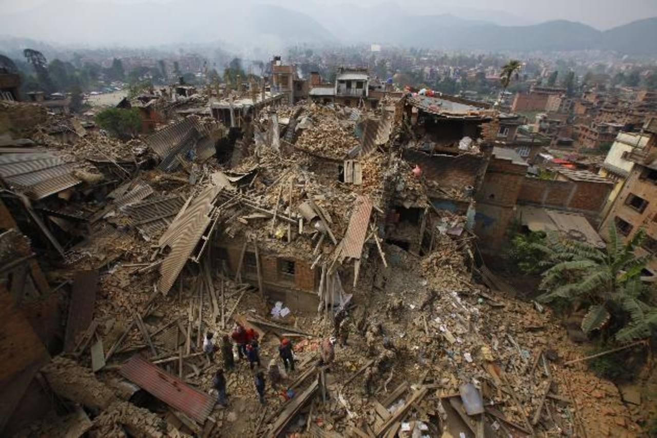 Rescatistas remueven los restos de casas en busca de más sobrevivientes en la ciudad de Bhaktapur, Nepal, donde se cree que hubo unos 200 muertos. foto edh / ap