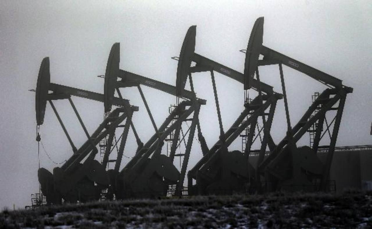 Los analistas de mercado estiman que será difícil que en el corto plazo bajen los precios del barril de petróleo, debido a el exceso de oferta y por la sobreproducción. Foto EDH / archivo