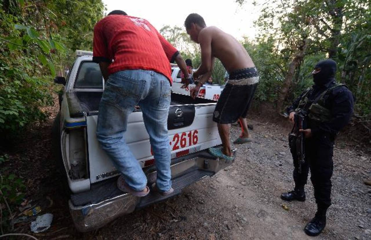 Sospechosos de atacar a la patrulla de soldados fueron capturados por la Policía, cerca del área donde ocurrió en enfrentamiento. Fotos EDH / Jaime Anaya