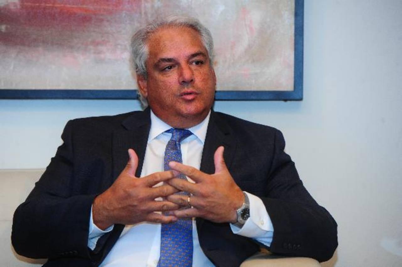 Raúl Álvarez Belismelis, presidente de Seguros Azul, explicó que esta transición es una apuesta estratégica para los negocios de la aseguradora. foto EDH