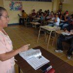 Los docentes de Edúcame trabajan sábado y domingo con los adultos que por una u otra razón no tuvieron oportunidad de terminar sus estudios de nivel básico y medio. Foto EDH / ARCHIVO