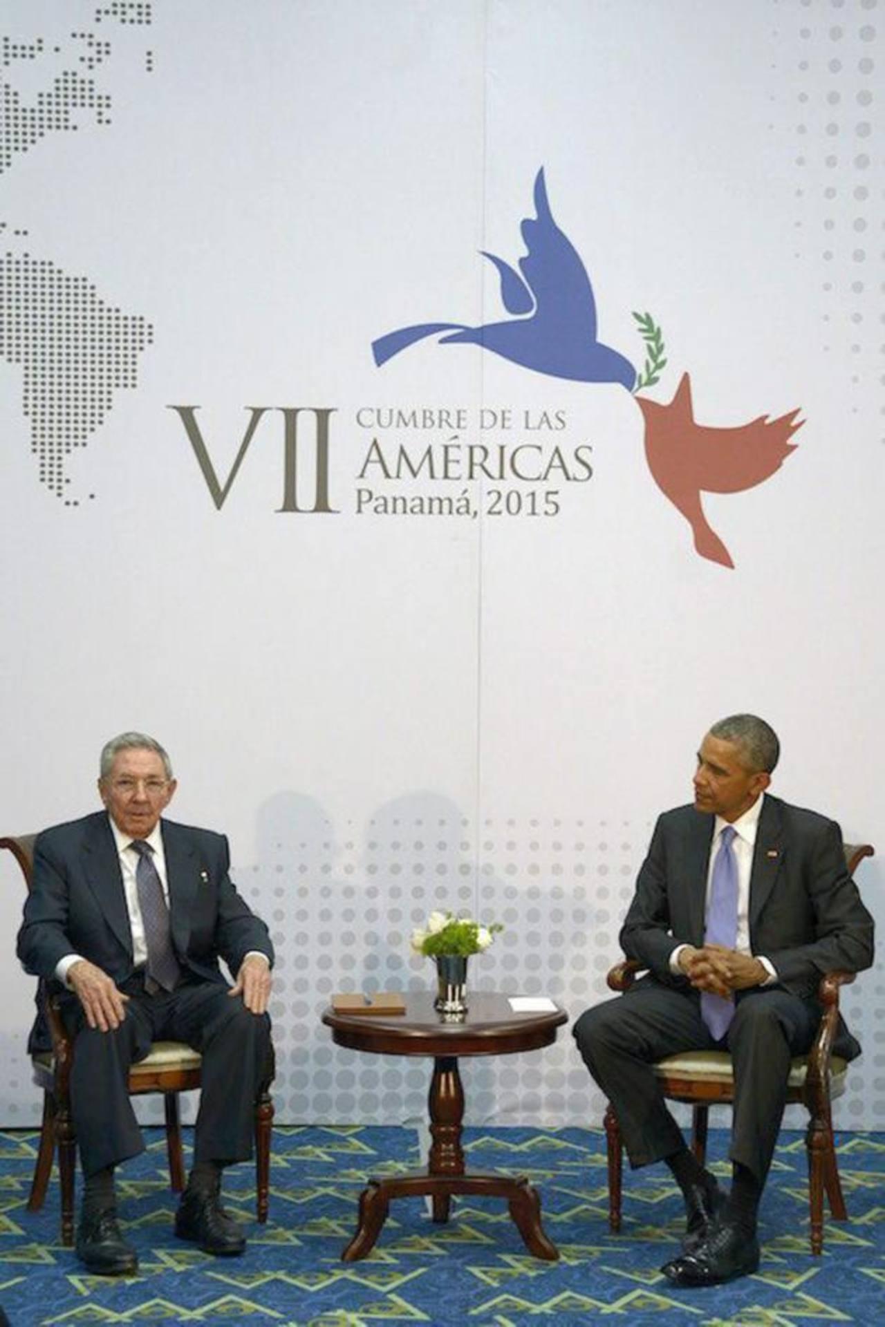 Castro y Obama durante su histórico encuentro en Panamá durante la Cumbre de las Américas. foto edh / archivo
