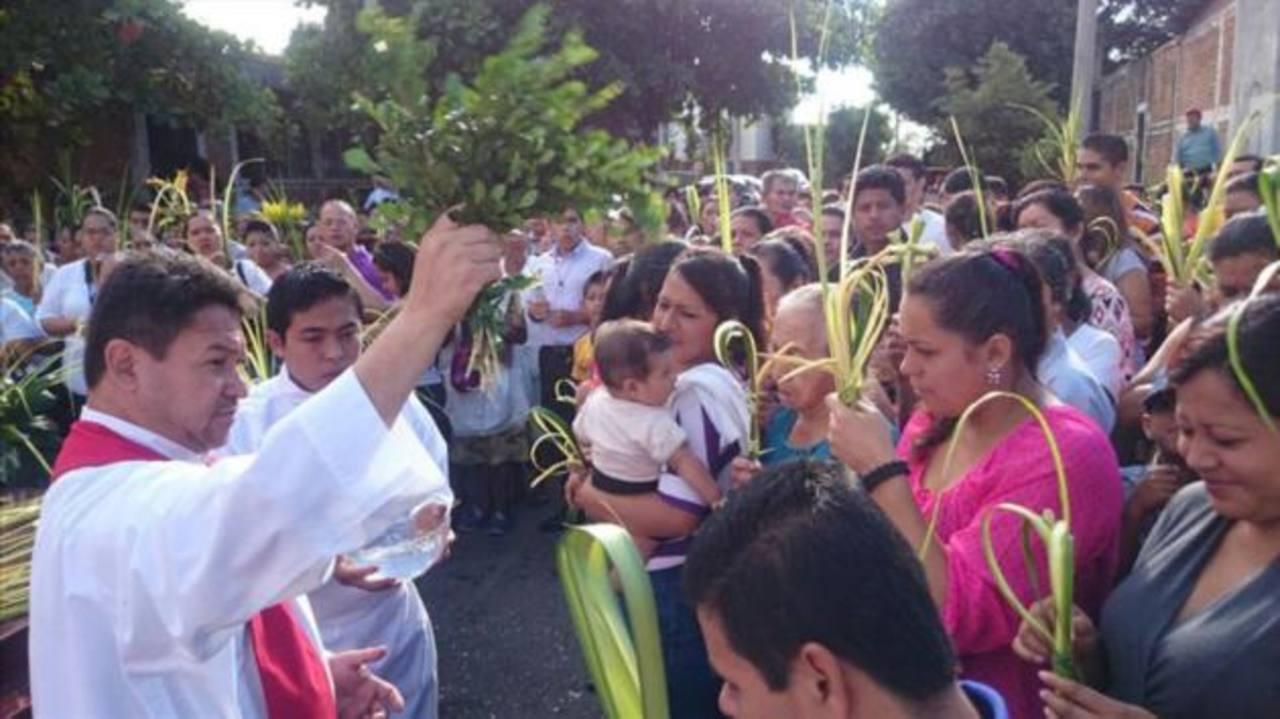 En Santa Ana, feligreses llevaban palmas para acompañar la procesión, la entrada triunfal de Jesús en Jerusalén.