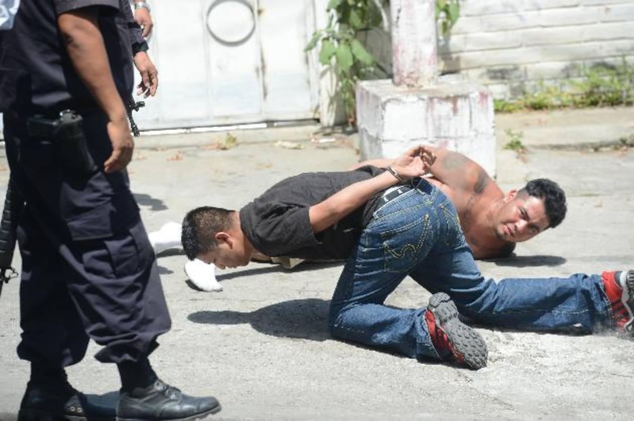 Parte de los detenidos, bajo sospecha de matar a un hombre en calle a Mariona, ayer. Foto EDH / Douglas urquilla