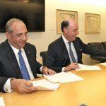 El CEO de grupo Ficohsa, Camilo Atala, firma el acuerdo financiero con Francisco Aristeguieta, CEO de Citi Latinoamérica.