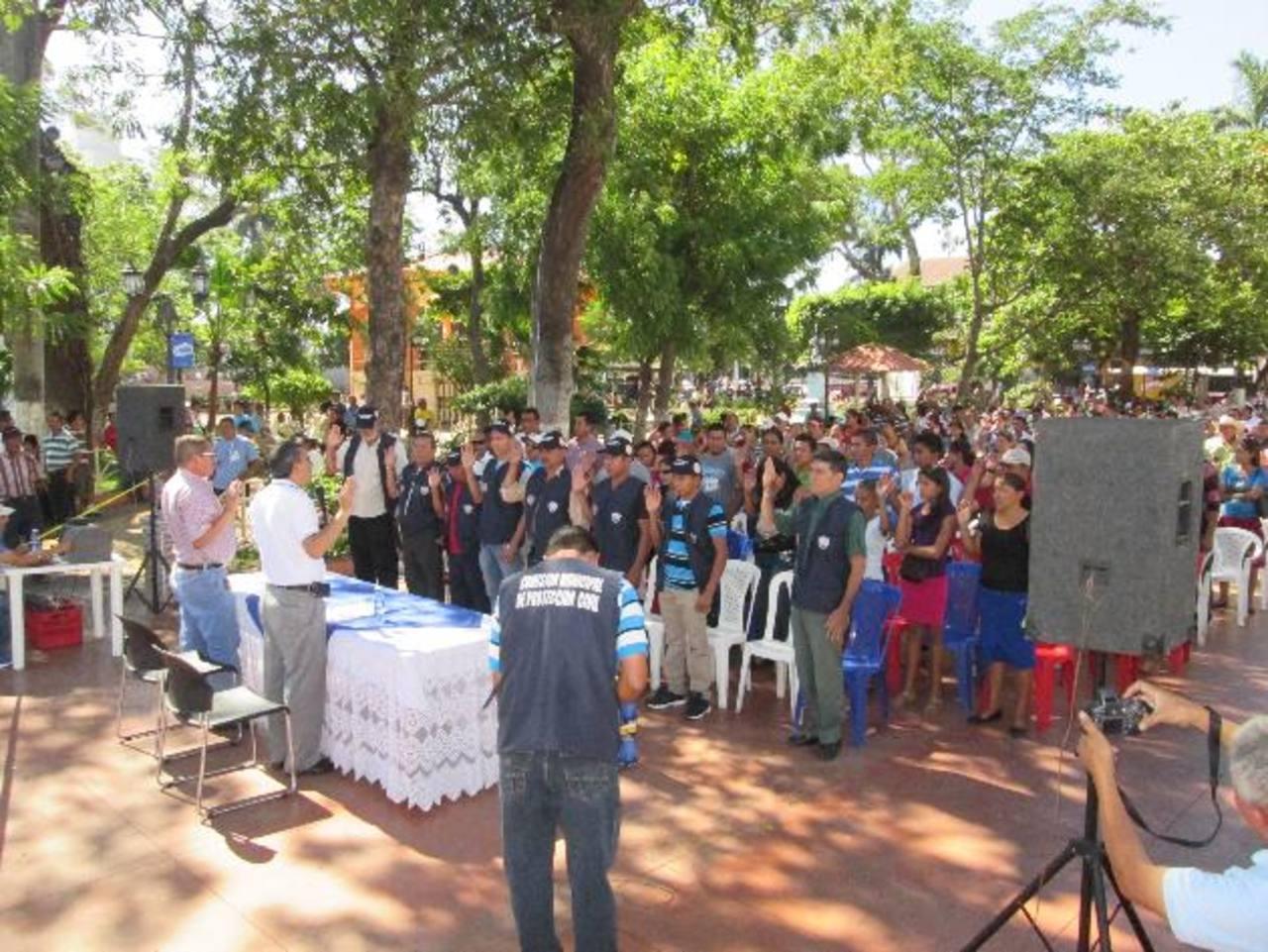 Autoridades municipales realizaron la entrega de los materiales a miembros de varias comunidades. Foto EDH / cristian Díaz