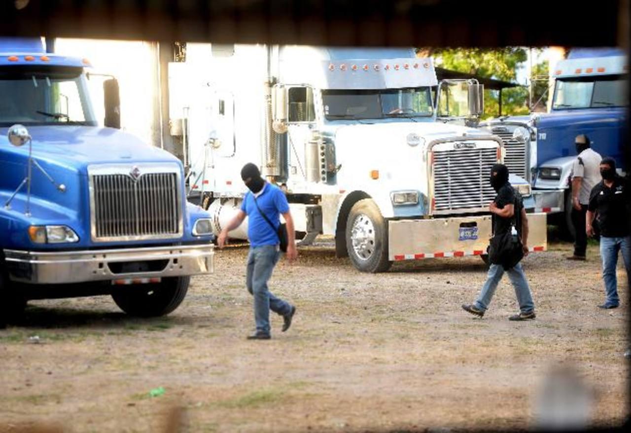 Investigadores de la PNC inspeccionan el predio donde estacionan furgones, en el cual fueron masacrados siete hombres y una mujer, la tarde de ayer. foto EDH / marlon hernÁndez