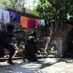 Policías se disponen a entrar a una casa, realizado ayer, durante el operativo de búsqueda de los asesinos de un agente de la Policía en San Juan Opico, La Libertad. Foto EDH / SALOMÓN VÁSQUEZ.