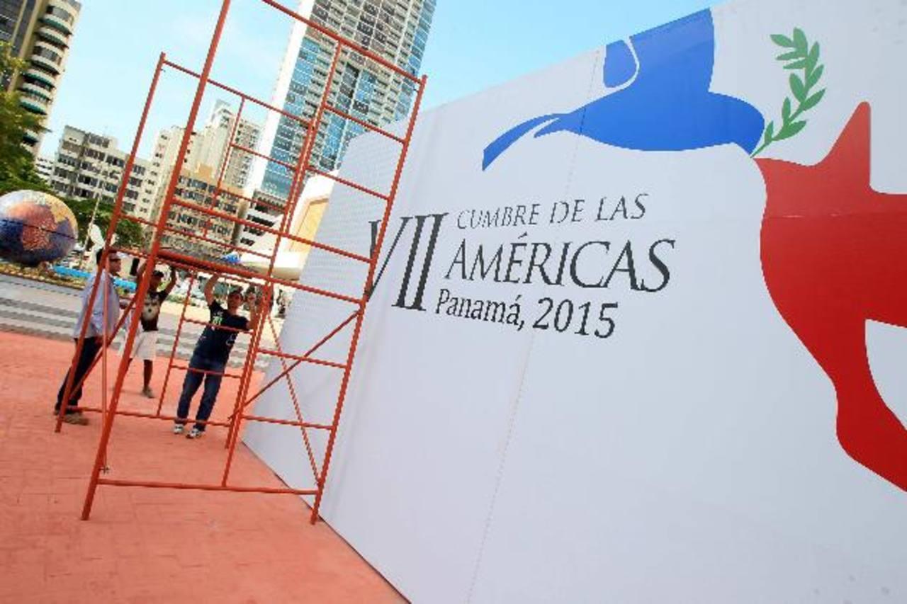 Hombres trabajaban ayer en los preparativos para la VII Cumbre de las Américas en el centro de convenciones Atlapa, en la Ciudad de Panamá. Foto EDH /EFE