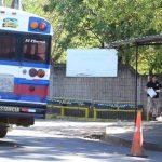 Autobús que manejaba Carlos Alfredo Lesle Solís, asesinado ayer frente al hospital nacional de Zacatecoluca, La Paz. Foto EDH / Mauricio Cáceres