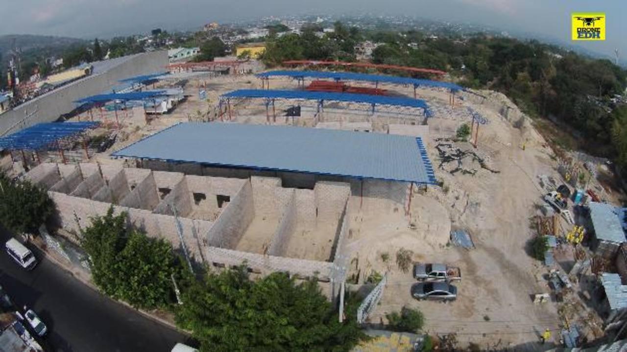 La constructora Disa reinició ayer los trabajos en la terminal del Sitramss. Tiene 150 días para finalizar la obra. El plazo termina en septiembre. Foto EDH / MARVIN RODRÍGUEZ