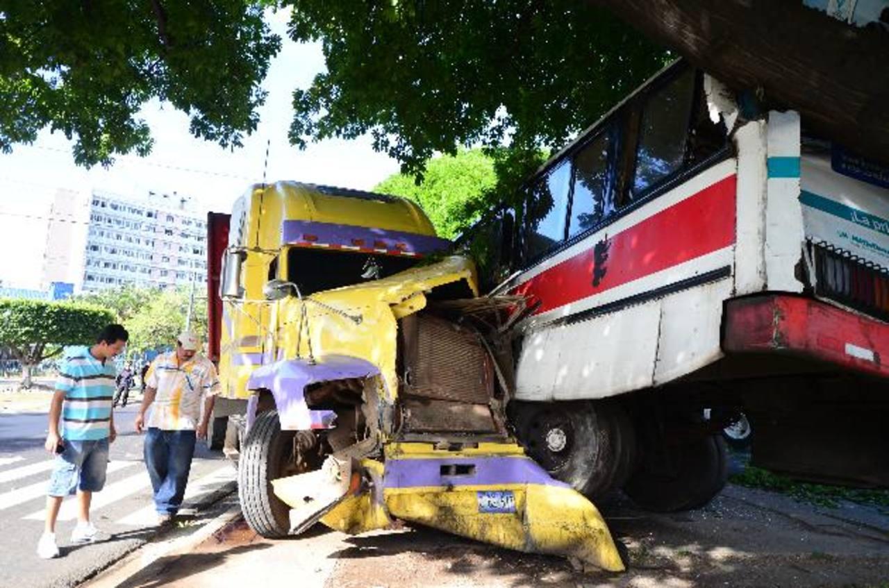 La rastra chocó contra un bus cuando circulaba a excesiva velocidad y el motorista irrespetó la luz roja del semáforo que está frente a la Universidad de El Salvador. Foto EDH / Mauricio Cáceres