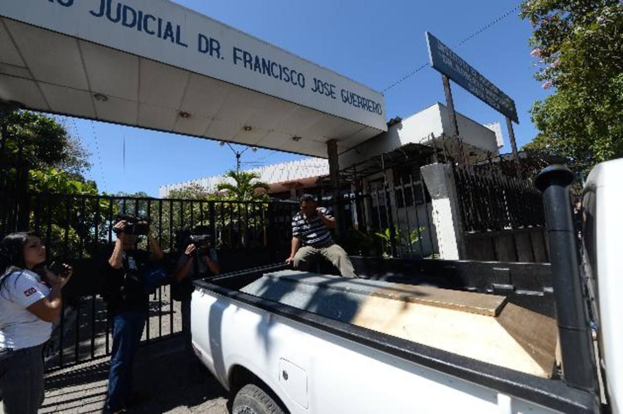 Franklin Vanegas fue la primera víctima de la matanza en ser entregada ayer a sus parientes. Murió en el hospital, en la madrugada. Residía en Colón, La Libertad. Foto EDH / Marlon Hernández.