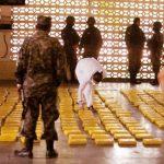 Militares hondureños y empleados del Ministerio Público muestran 450 paquetes de cocaína en una base militar en Tegucigalpa, Honduras.