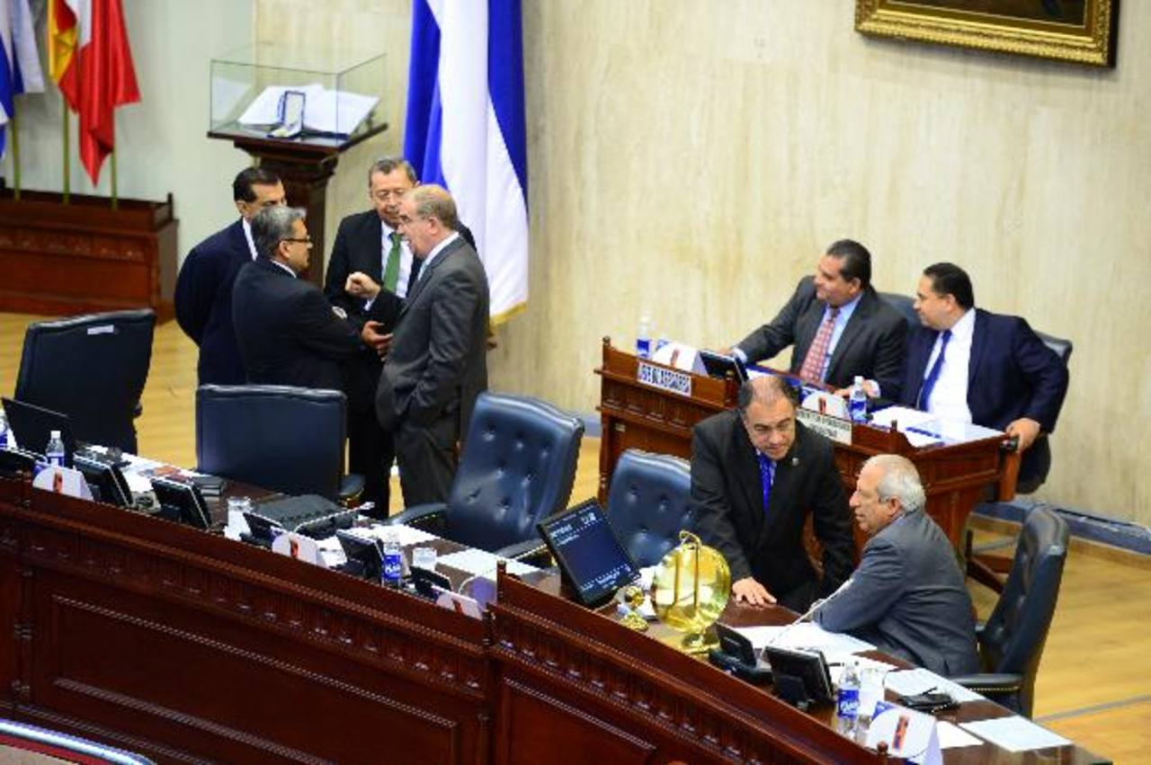 El presidente de la Asamblea, Sigfrido Reyes (der.), conversa con el vicepresidente del Congreso, el pecenista Francisco Merino. Foto edh/Jorge Reyes