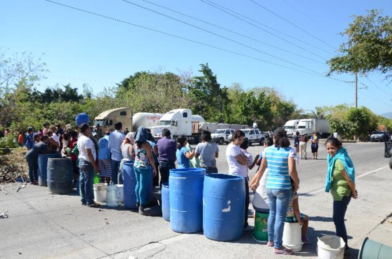 Los manifestantes colocaron sus recipientes vacíos en protesta por el servicio irregular de agua. Fotos edh / Óscar Iraheta