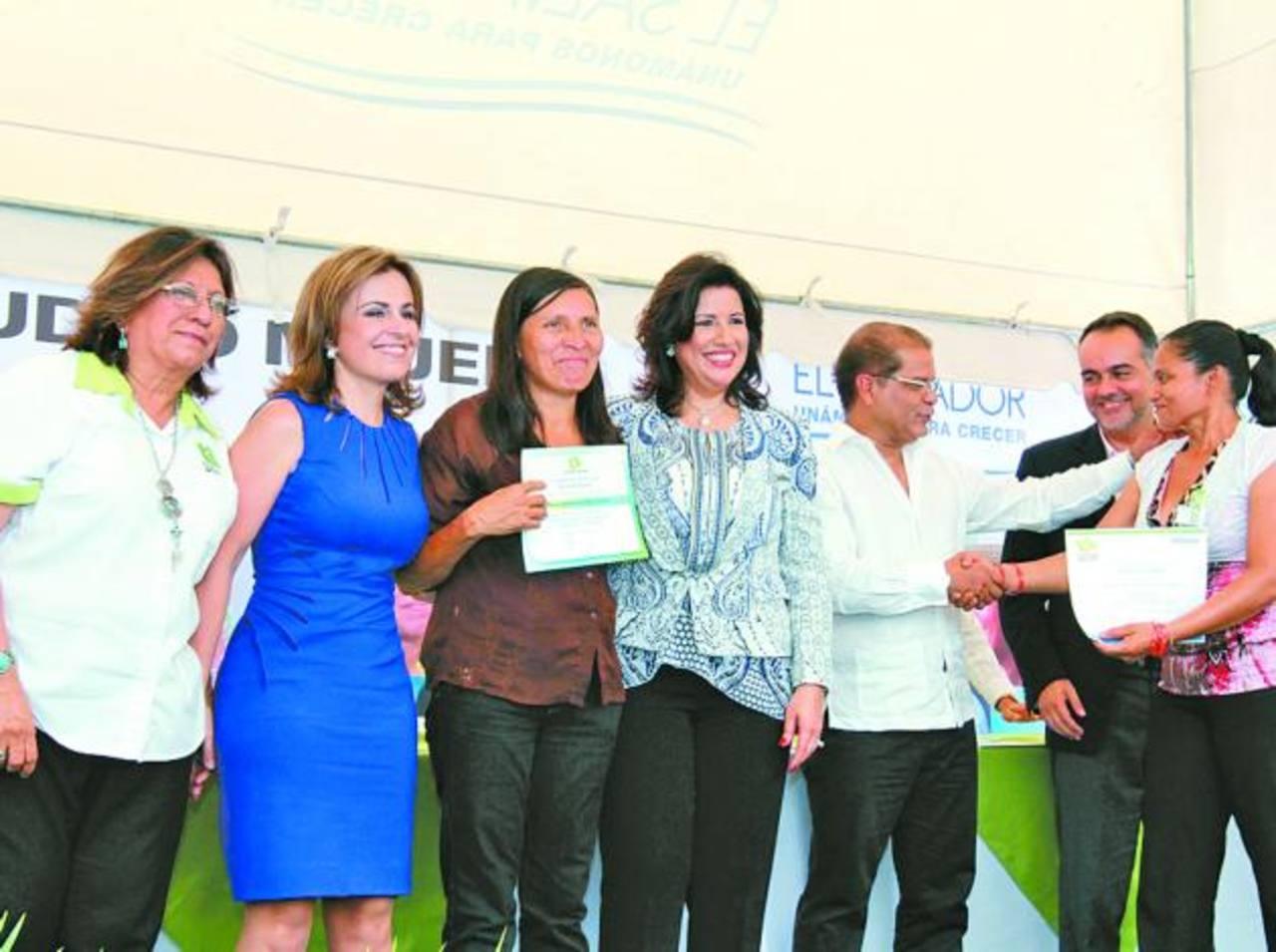 Una de las graduadas comparte con las autoridades en Ciudad Mujer San Miguel.