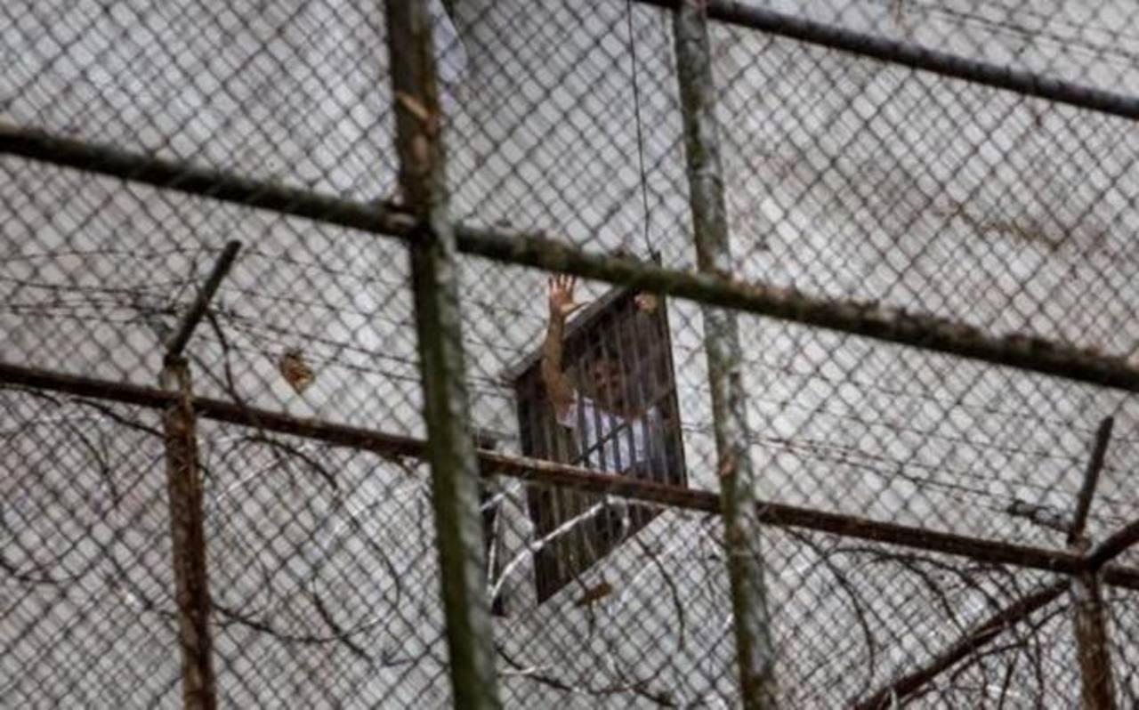 El dirigente opositor Leopoldo López se asoma por una ventana de su celda en la Prisión Militar de Ramo Verde. foto edh / efe